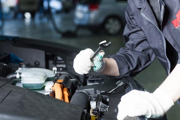 自動車整備をする人
